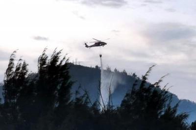 台湾绿岛森林大火烧毁28公顷 直升机紧急吊水袋救援