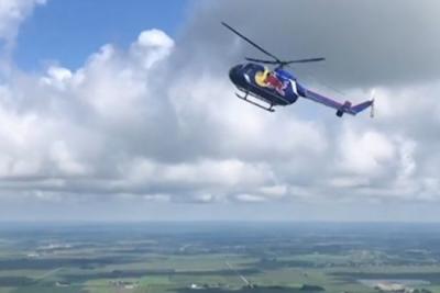 美爱荷华州中部航空展上两飞行员驾直升机表演后空翻